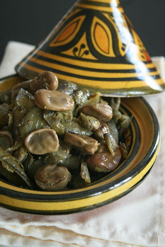 Salade de fèves à la Marocaine. Broad beans the Moroccan Way -  Tuinbonensalade met knoflook (Marokkaanse stoofschotel). Gebruikte tuinbonen uit een pot, met komijn, paprika, peper,zout, knoflook, een beetje citroensap en olijfolie Gewoon in een pan op het vuur een half uurtje stoven, met een pollepel fijner maken en klaar is het. Heerlijk !