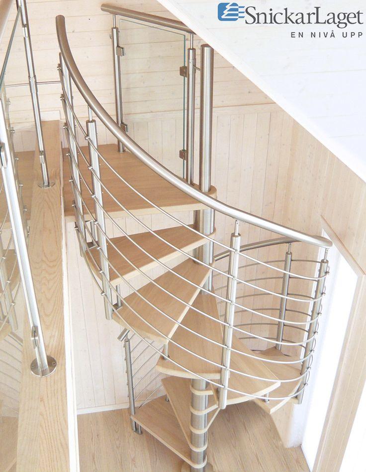 Trappa Galaxy med steg i klarlackad ask. Mittpelare och räcken av rostfritt stål.  #trappa #snickarlaget #design #inspiration #inspo #steel #stair