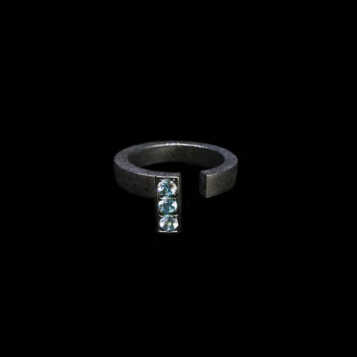 Barney Barnato Mitte Collection: New minimalist obsession... #newin Blue Topaz Black Silver Ring Nueva obsesión minimalista... #nuevo Anillo de Topacios Azules en Plata Negra #BarneyBarnato #Mitte #Ring