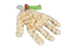 Popcorn hand. Vul de hand met rozijntjes, druiven of ander fruit  Fill the hand with raisins, grapes or other fruit #traktatie #gezond #popcorn