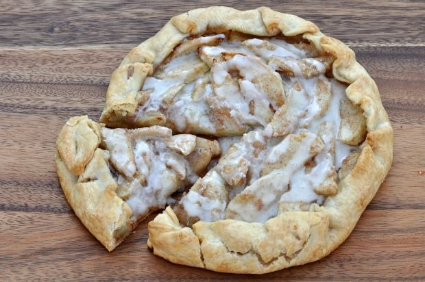 cinnamon apple dessert pizza (◦1 Pillsbury refrigerated pie dough circle   ◦3 large Granny Smith apples   ◦1/2 cup sugar   ◦1/2 teaspoon ground cinnamon   ◦3 tablespoons flour   Icing   ◦2 tablespoons butter, melted   ◦1 tablespoon vanilla bean paste (or extract)   ◦1 cup powdered sugar   ◦1-5 tablespoons of hot water)