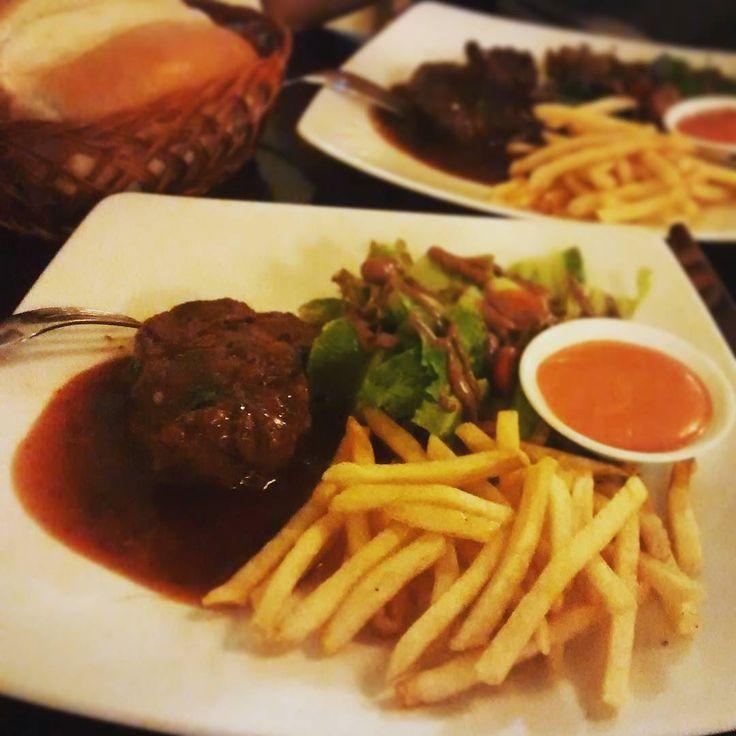 Đang #lowcarb nên ăn beefsteak chứ đúng truyền thống là phải gọi mì ý khi trong đầu nghĩ đến beefsteak mới đúng #bonjourresto #food #beefsteak #tgif #frenchrestaurant by hamachachan