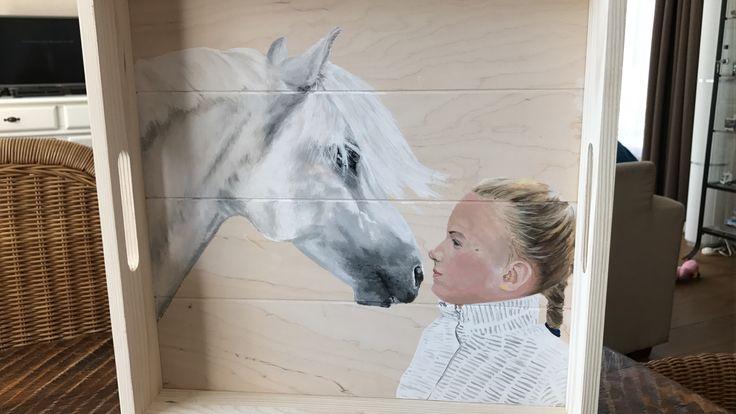 Druk met veel, maar dat is alleen maar heel erg leuk! Dit is een van de projecten. Dienblad met paard èn portret. Snel meer foto's van nieuwe projecten!