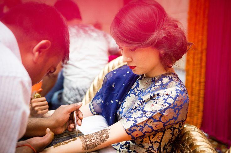 Indian wedding, Delhi summer wedding, mehendi, cocktail, sangeet, bridal mehendi, indian bride, bride to be, sangeet hairstyle, side bun, loose bun, kimkhab, candid wedding photography