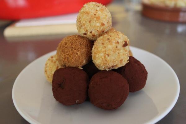 Recette truffes au chocolat blanc  http://cestmasoeurquiregale.e-monsite.com/pages/desserts/patisseries/truffes-au-chocolat-blanc.html