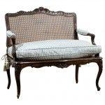 1880-1889 yılında üretilen XV Louis Stil Kanepe işlemeleri olarak dönemini en güzel anlatan antika mobilya örneklerindendir.