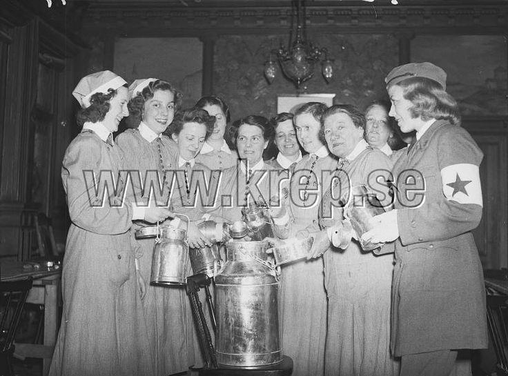 Göteborgs april 1941 Lottainsamling. Mjölkkanna, bössor. Andra Världskriget.