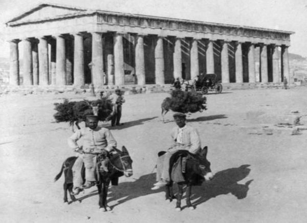 Αθηναίοι με τα γαιδουράκια τους μπροστά από τον ναό του Ηφαίστου, 1907. Οι ανασκαφές στο ναό ξεκίνησαν το 1932 από την Αμερικανική σχολή Κλασικών σπουδών. Είναι δωρικός περίπτερος ναός με πρόναο και οπισθόδομο και πλούσιο γλυπτικό διάκοσμο και κατασκευασμένος από παριανό μάρμαρο