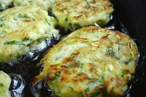 Сезон кабачков в самом разгаре! Эти нежные овощи хороши на гриле и поджаренные в муке, отлично подходят для приготовления омлета и летних супов, некоторые кулинары даже используют их сырыми в салатах.