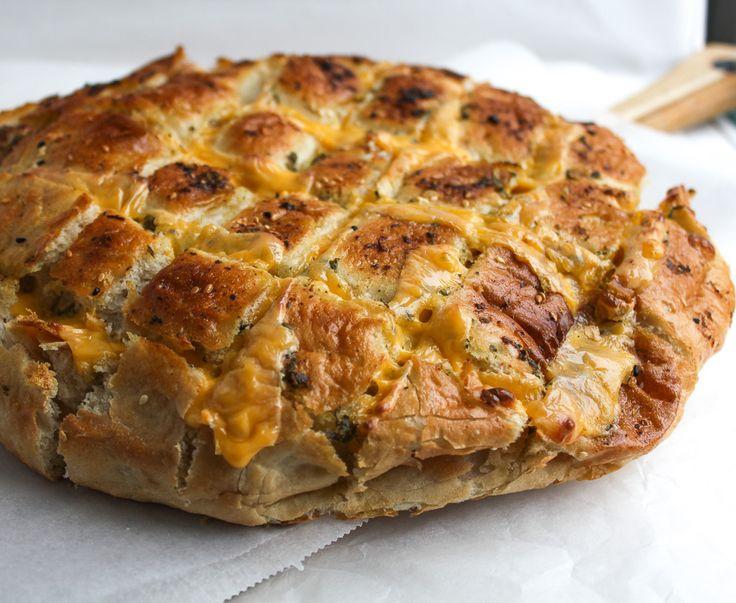 Een makkelijk recept voor heerlijk Turks brood met kaas en kruidenboter uit de…