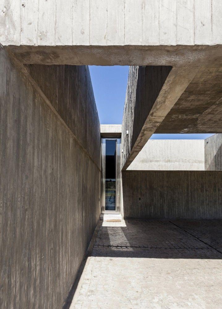 Architecture that surprises the senses with hidden beauty and visual gems. Casa M / Estudio Aire