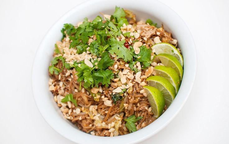 Thaiklassiker med stekte nudler med blant annet tofu og kål i en herlig soyabasert saus, servert med peanøtter og koriander....