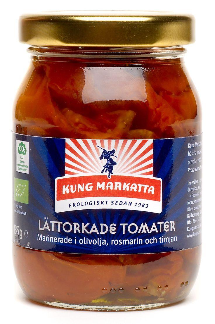 Lättorkade tomater 185g | Kung Markatta - kungen av ekologiskt Lättorkade för att behålla sin saftighet och fräscha smak. De läggs sedan i en härlig marinad av extra virgin olivolja, vitlök, rosmarin och timjan. Goda som de är eller i en sallad.