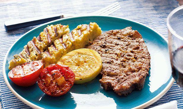 Costeletas de porco assadas na brasa com milho assado. É um prato bom para os dias em que se acendem as brasas e se cozinha na rua (ou quando estamos com saudades do Verão).