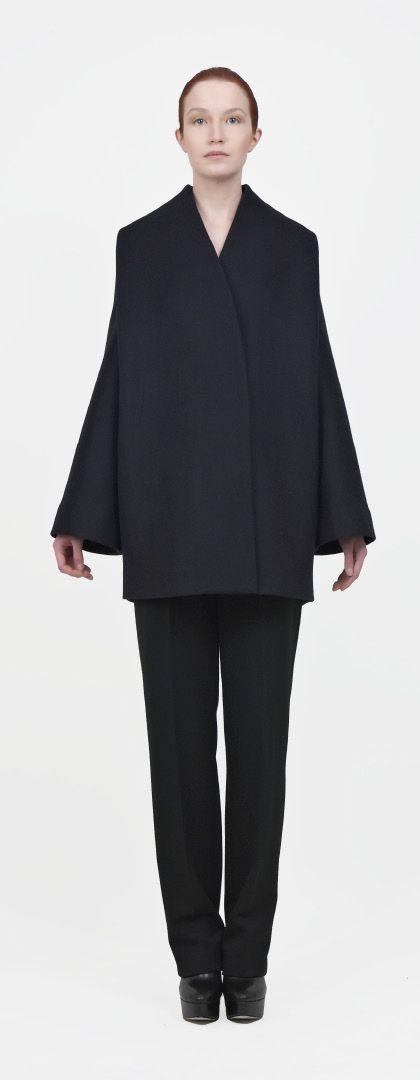 INTERESSANTE: calça ajustada, não dá para ver o tipo de cós, vinco bem marcado. Paletó com ombros proporcionais, PORÉM, sem gola e manga com encaixe diferenciado; corte reto, sem pences, trespassado e sem abotoamento aparente. Modelagem OUSADA.   [tzegoh a/w 2011]