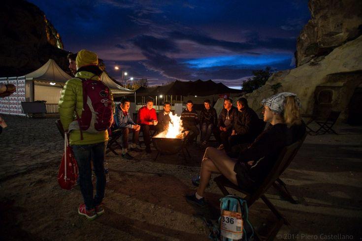 """Per la prima volta, il 25 Ottobre, si è corsa la """"North Face Cappadocia Ultratrail"""", una gara podistica estrema, nella regione della Turchia famosa per le bizzarre formazioni geologiche e i villaggi rupestri. Le """"Ultra-trail"""" sono gare corse su piste e sentieri di montagna"""