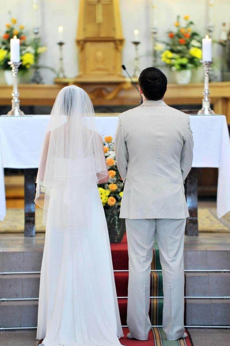 Zur Hochzeit werden in der Kirche oft Fürbitten gebetet. Bei uns findet ihr Tipps und Beispiele für Hochzeitsfürbitten - katholisch und evangelisch.