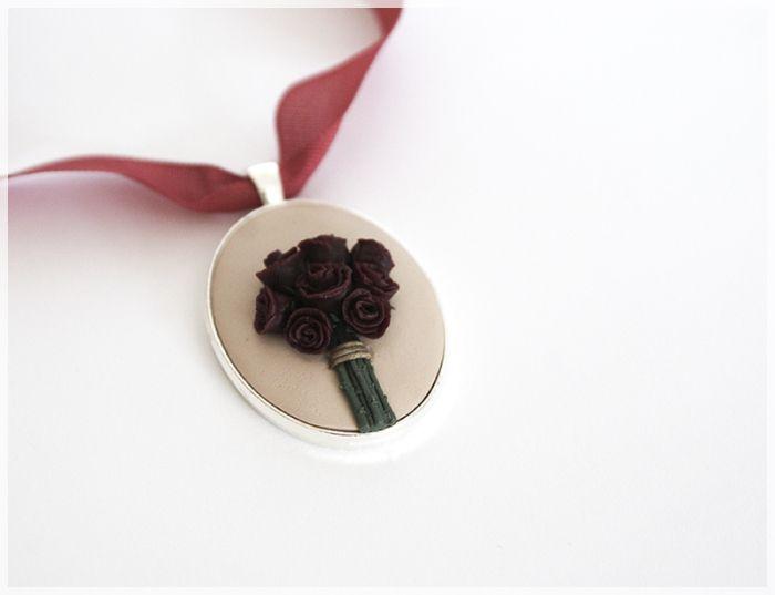 wisior z mas polimerowych, bordowe róże, handmade, polymer clay