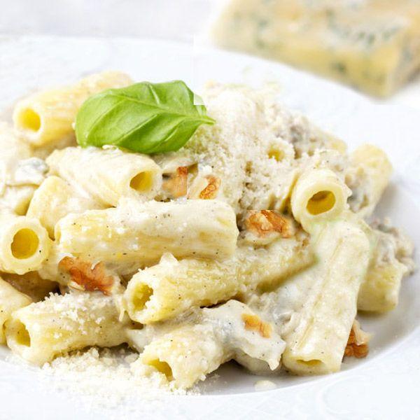 Esta receta de macarrones con queso azul y nueces se puede preparar con cualquier pasta corta a tu gusto. La receta es muy sencilla, con pocos ingredientes, y con cualquier queso azul a tu gusto.