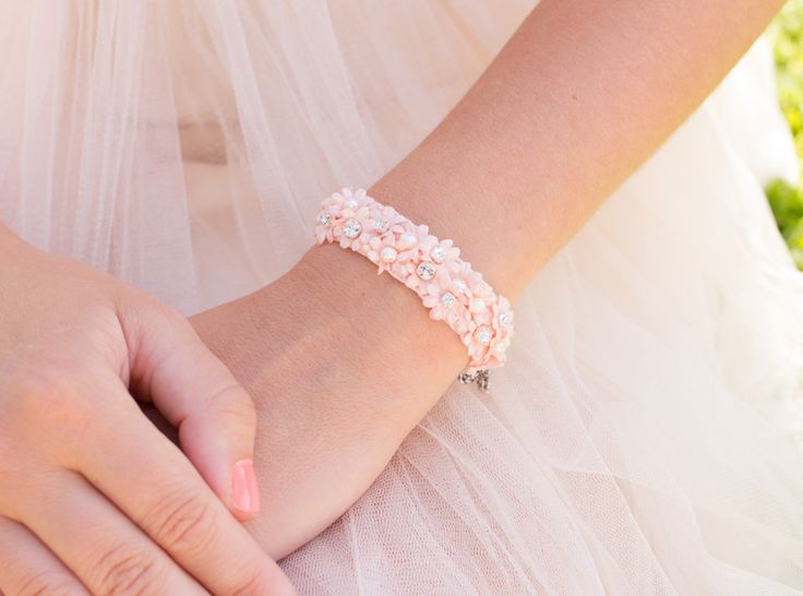 DRKS Royal Felt Floral Rose bruid armband. De armband is bezet met bloemen, verschillende soorten Preciosa kristal en zoetwaterparels. Deze luxe materialen zijn steentje voor steentje met naald en draad op de ondergrond gezet.
