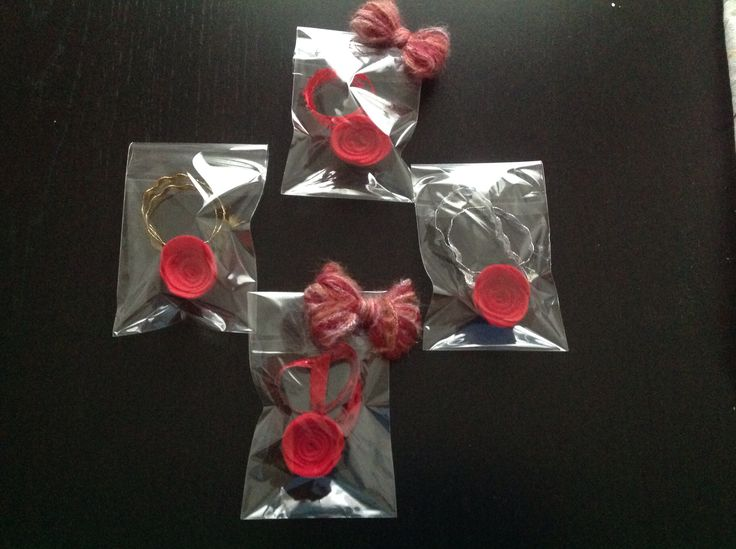 Segnalibro con rosellina in pannolenci. Confezione con fiocco in lana.