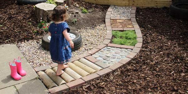 Giardini e percorsi sensoriali per bambini fai da te (anche in casa)