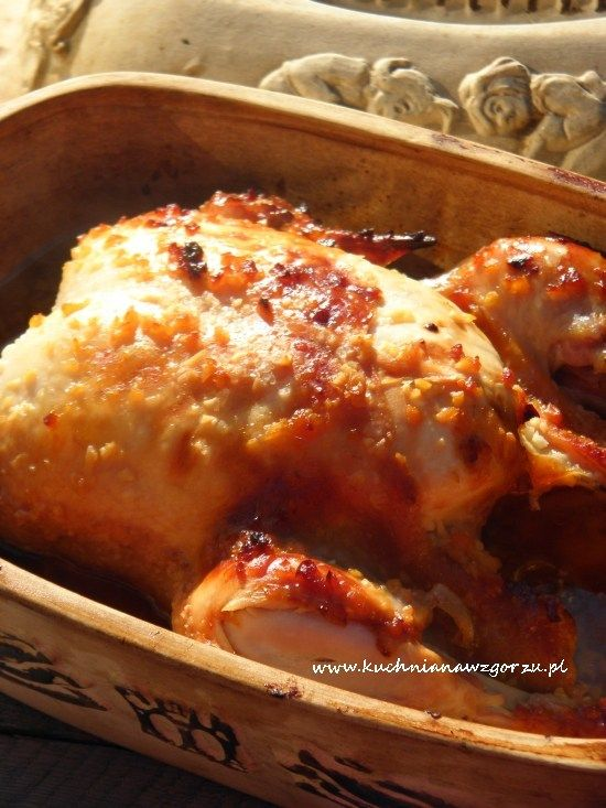 Kurczak pieczony z miodem i czosnkiem w garnku rzymskim