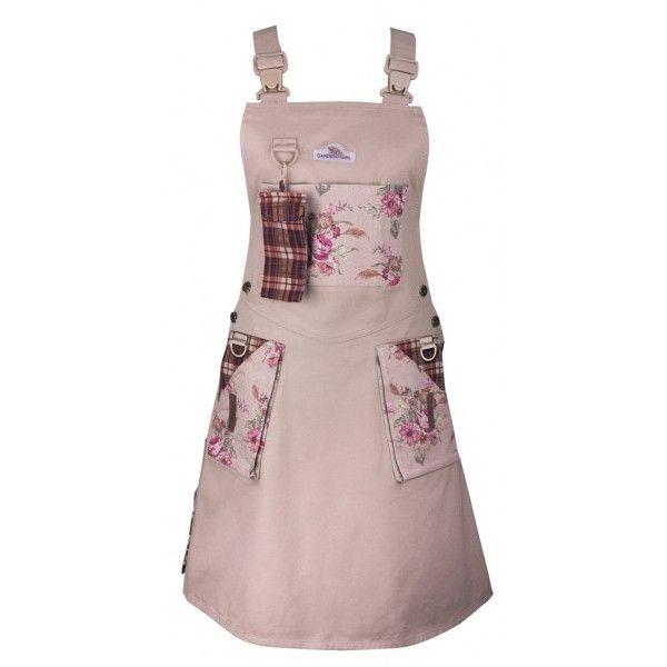 Inovativní šaty nazahradu skapsami uzpůsobenýmipro zahradnínářadí.Praktický oděv smnoha roztomilými detaily.