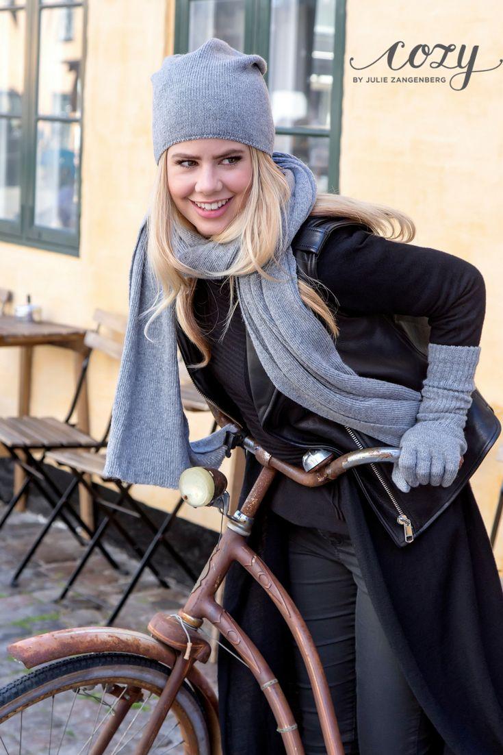 Danish hygge - Julie Zangenberg klar til at indtage byen i hyggelig hue, halstørklæder og strikhandsker fra AW17-kollektionen @cozybyjz