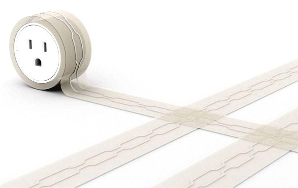 Das Verlängerungskabel, das flach und klebrig wie Band, so dass niemand darüber stolpern kann.