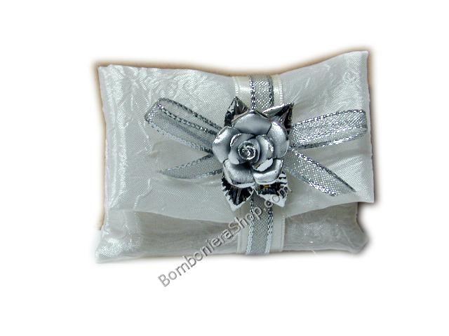 Bomboniera perfetta per le nozze d'argento con una rosa in porcellana ed una bustina argentata...