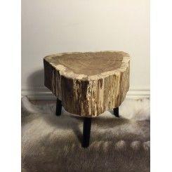 Fine træstubbe på ben giver et cool nordic look.  Brug den som side bord eller sofa bord.  Se mere ved at klikke på billedet.