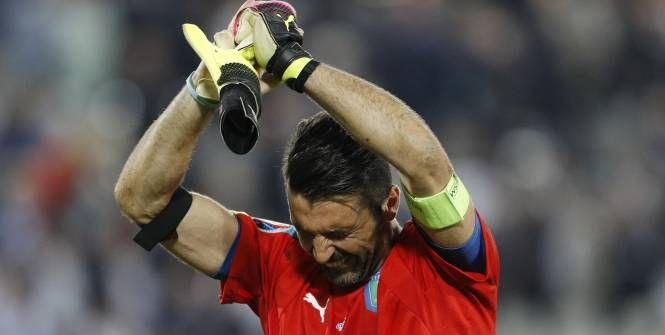 Le gardien de l'Italie s'est blotti dans les bras des supporters italiens venus acclamer les joueurs après l'excellent parcours de leur équipe sortie en quarts par les Allemands (1-1, 5-6 t.
