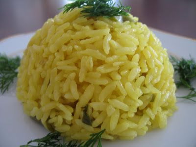 Safranlı Pirinç.  Gereken Malzemeler      1 su bardağı pilavlık pirinç     1 su bardağı su veya et suyu     yarım çay bardağı sıvı yağ     1 yemek kaşığı yerli safran(dolu kaşık olmasın)     1 yemek kaşığı tereyağı     tuz ( tuz miktarını alışkanlığınıza göre ayarlayabilirsiniz, bulyon kullanırsanız tuzu azaltmanız gerekebilir)     2 adet yeşil biber (arzu ederseniz)     4 adet taze soğan (istenirse)