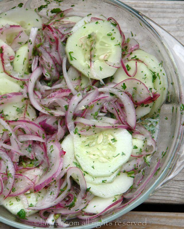 sta deliciosa ensalada de pepino se puede comer justo después de prepararse, pero se pone más rica si le deja marinar por lo menos unos 30 m...