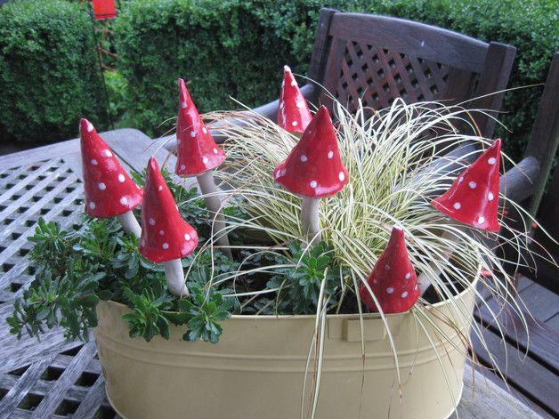 Ein Blickfang für jeden Blumentopf bzw Garten. Jeder Pilz ein Unikat.Die Größe variiert, da Stiel oder Hut immer anders ausfallen. Sie sind aber ca 15 - 18cm hoch. Sollten Sie mehrere kaufen,...