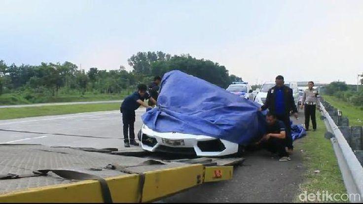 Jakarta -   Rombongan mobil Lamborghini terlibat kecelakaan beruntun di Tol Cipali, Jawa Barat. Ada 40 unit Lamborghini ikut dalam konvoi...