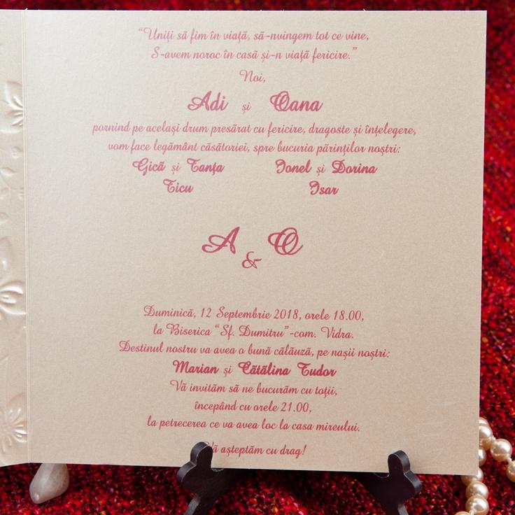 """Invitatie confectionata dintr-un carton auriu sidefat care se pliaza in doua pe verticala. Pe """"coperta"""" are model in relief in forma de inimioara iar pe contur este embosat cu motive florale. Textul se scrie pe interior pe partea dreapta. Prin inimioara se vor vedea initialele mirilor. Plicul este de culoare aurie.     http://www.invitatii-nunta-mea.ro/invitatii-nunta-fluturasi-5309-lipsa-stoc-furnizor-p-78.html"""