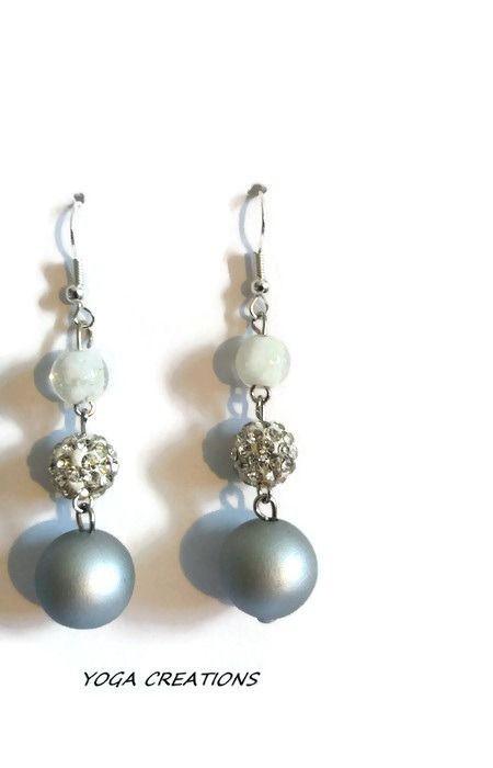 Boucles d'oreilles en perles blanche, argentée et grise : Boucles d'oreille par yogacreations