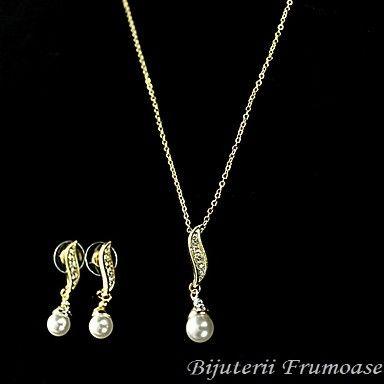 set bijuterii cu perle http://www.bijuteriifrumoase.ro/cumpara/bijuterii-cu-perlute-adelina-56