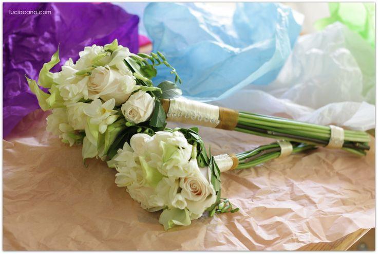 Ramo de novia y de dama de honor con rosas, calas y fresias que estamos conservando en un cuadro.