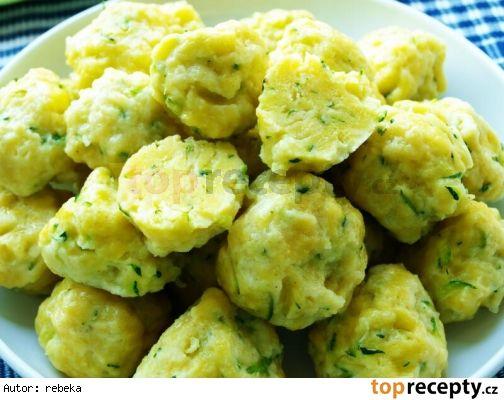 Cuketové noky usnadněné sáček bramborového těsta v prášku ( sypký polotovar ) mladá cuketa 400 g 2 celá vejce sůl hrubá mouka dle potřeby Cuketu i se slupkou si nastrouháme na slzičkovém struhadle, přidáme vejce, osolíme a promícháme. Přidáme bramborové těsto z pytlíku, opět promícháme a podle potřeby přidáme mouku. Těsto nesmí být příliš řídké. Do vroucí, osolené vody hážeme noky. Až vyplavou, vaříme ještě dalších 7 minut. Vybereme děrovanou lžící a pomašlujeme rozpuštěným sádlem