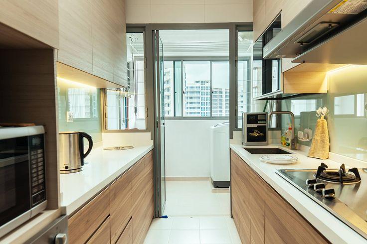 Светодиодная подсветка для кухонных шкафов: как выбрать, особенности монтажа и 65 универсальных идей http://happymodern.ru/podsvetka-dlya-kuhni-pod-shkafy-svetodiodnaya/ Нейтральная белая подсветка фартуков и столешниц в кухне с фасадами с древесным рисунком