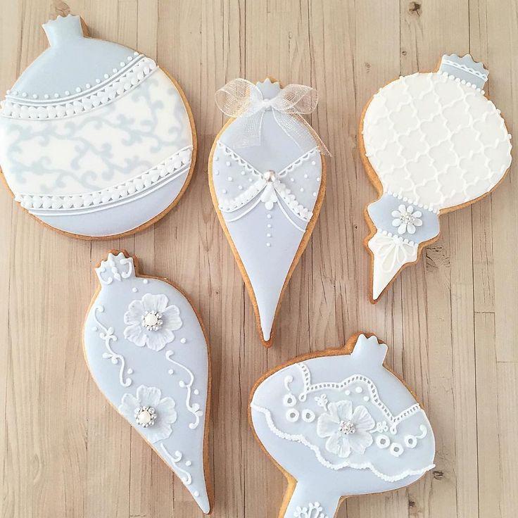 @alice.icingcookies 先生の特別レッスンで習った技法のおさらい。 モロッカン柄に、フィリグリー柄、透かしレース。 たくさんの技法をご指導いただけたので、作るものに幅ができてとてもうれしいです。先生本当にありがとうございます #icingcookies #アイシングクッキー #decoratedcookies #sugarcookies#福井 #fukui #アイシングクッキー福井 #クリスマスオーナメント #クリスマス #christmas