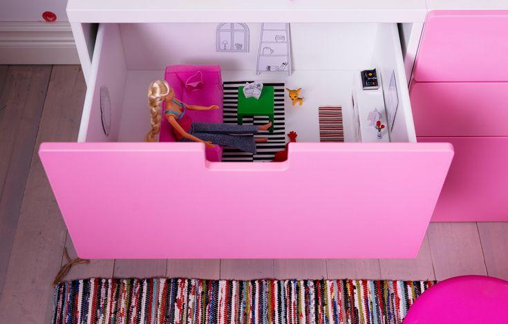 Skulle du ønske at IKEA-møbler var mindre? Noen kommer faktisk som miniatyrmøbler. HUSET dukkemøbler har et sett stuemøbler med små utgaver av en rosa sofa, et grønt stuebord, en hvit bokhylle, en hjerteformet pute og et stripete teppe.