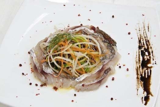 Carpaccio di dentice con verdurine e olio al limone candito. Il sapore del mare come non l'avete mai gustato. Ricetta: http://www.alchiardiluna.it/il-blog-di-al-chiar-di-luna/34-le-ricette/107-un-delizioso-antipasto-di-pesce-al-carpaccio-al-chiar-di-luna-anche-lattesa-della-cena-si-insaporisce-di-novita.html #alchiardiluna #ilmatrimoniochestaisognando #wedding #matrimonio #nozze #bride #sposi #napoli #food #fooddesign