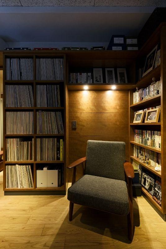 大人のリノベーション。お子様が独立されご夫婦二人の暮らしを楽しむための、上質な空間作り。 音楽と本を楽しむ部屋。造作家具はブラックチェリー