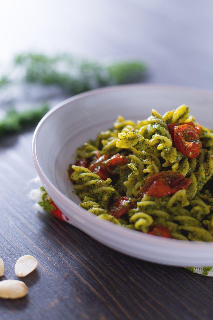 La #pasta con #pesto di #finocchietto è un primo piatto fresco e insolito che vi conquisterà con il suo gusto delicato e la dolcezza dei pomodorini! (pasta with #mediterranean #fennel pesto) #Giallozafferano #recipe #ricetta #fusilli #tomato