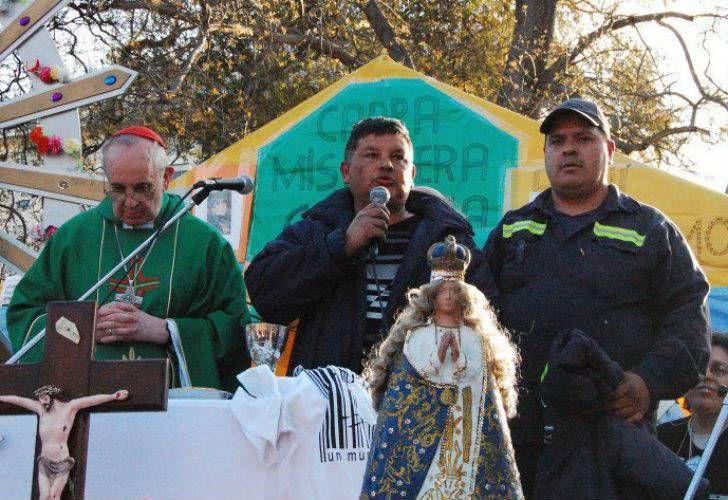 Pape François - Pope Francis - Papa Francesco - Papa Francisco - Le Card Bergoglio célèbre la messe Place de la Constitution à Buenos Aires, en présence du chiffonnier de Villa Fiorito, Sergio Sánchez, représentant du mouvement argentin MTE (Movimiento de Trabajadores Excluidos - Mouvement des Travailleurs exclus) qui sera l'invité personnel du Pape lors des cérémonies du 19 mars 2013.