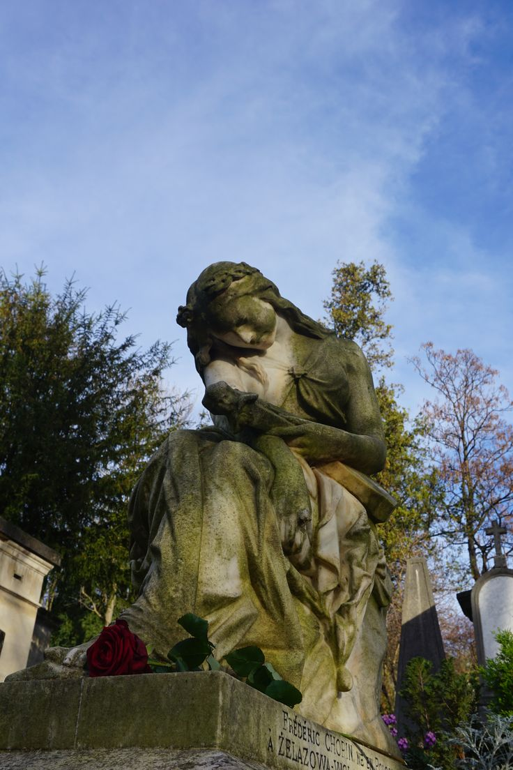 El nombre dado al cementerio es un homenaje a François d'Aix de La Chaise (1624–1709), conocido como el Père la Chaise, que fue confesor del rey Luis XIV de Francia y que ejerció sobre él una moderadora influencia durante la lucha contra el jansenismo.